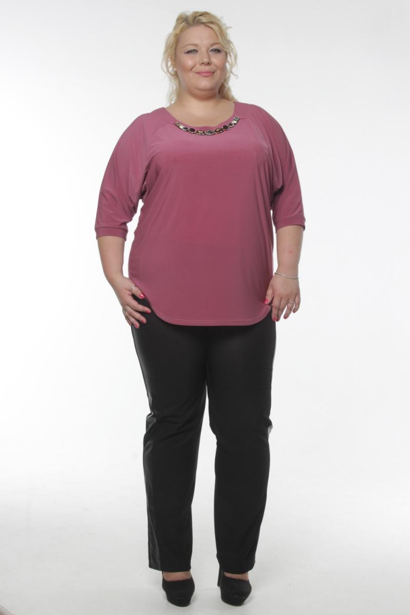 БлузкаБлузки<br>Замечательная женская блузка с декоративной деталью по горловине изделия. Рукава 3/4 с манжетами. Цвет: приглушенный темно-розовый.  Рост девушки-фотомодели 180 см  Длина изделия на 64 размер - 68 см<br><br>По образу: Свидание,Выход в свет,Город,Офис<br>По стилю: Повседневный стиль,Нарядный стиль<br>По материалу: Вискоза,Блузочная ткань<br>По рисунку: Однотонные<br>По сезону: Лето,Осень,Весна,Всесезон,Зима<br>По силуэту: Полуприталенные<br>По элементам: С декором,С манжетами,С отделочной фурнитурой<br>Рукав: Рукав три четверти<br>Горловина: С- горловина<br>Размер: 54,56,58,60,62,64<br>Материал: 65% вискоза 35% полиэстер<br>Количество в наличии: 5