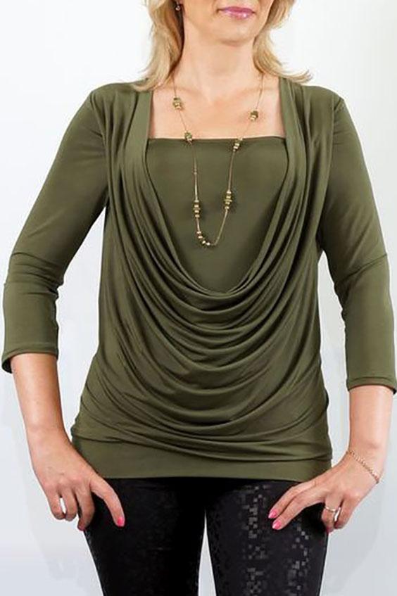 БлузкаБлузки<br>Яркий дизайн трикотажной блузы с эффектом двуслойности, отшита из пластичной ткани «холодное масло». Перед с глубокой качелью горловины и внутренней деталью, входящей в шов проймы и боковые швы. Модель красиво подчеркивает грудь и отлично скрывает недостатки в области талии. Спинка цельная, без отличительных особенностей. Рукава втачные, умеренной ширины, длиной 3/4. Низ блузы на притачной двойной манжете.  Длина изделия около 65 см.  Цвет: зеленый  Ростовка изделия 170 см.<br><br>Горловина: Качель,Квадратная горловина<br>По материалу: Трикотаж<br>По образу: Город,Свидание<br>По рисунку: Однотонные<br>По сезону: Весна,Зима,Лето,Осень,Всесезон<br>По силуэту: Приталенные<br>По стилю: Повседневный стиль<br>По элементам: Со складками<br>Рукав: Рукав три четверти<br>Размер : 48,50,52,56,58<br>Материал: Холодное масло<br>Количество в наличии: 5