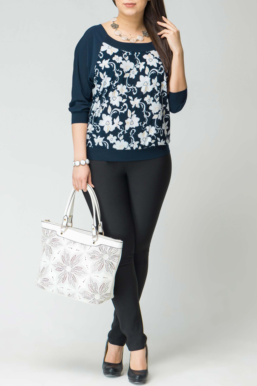 БлузкаБлузки<br>Красивая блузка с элегантной горловиной и рукавами 3/4. Модель выполнена из тонкого трикотажа. Отличный выбор для повседневного гардероба.  В изделии использованы цвета: синий, белый  Рост девушки-фотомодели 170 см<br><br>Горловина: Лодочка,С- горловина<br>По материалу: Вискоза,Трикотаж<br>По рисунку: Растительные мотивы,С принтом,Цветные,Цветочные<br>По сезону: Весна,Зима,Лето,Осень,Всесезон<br>По силуэту: Свободные<br>По стилю: Повседневный стиль<br>По элементам: С манжетами<br>Рукав: Рукав три четверти<br>Размер : 50,52,58<br>Материал: Холодное масло<br>Количество в наличии: 4