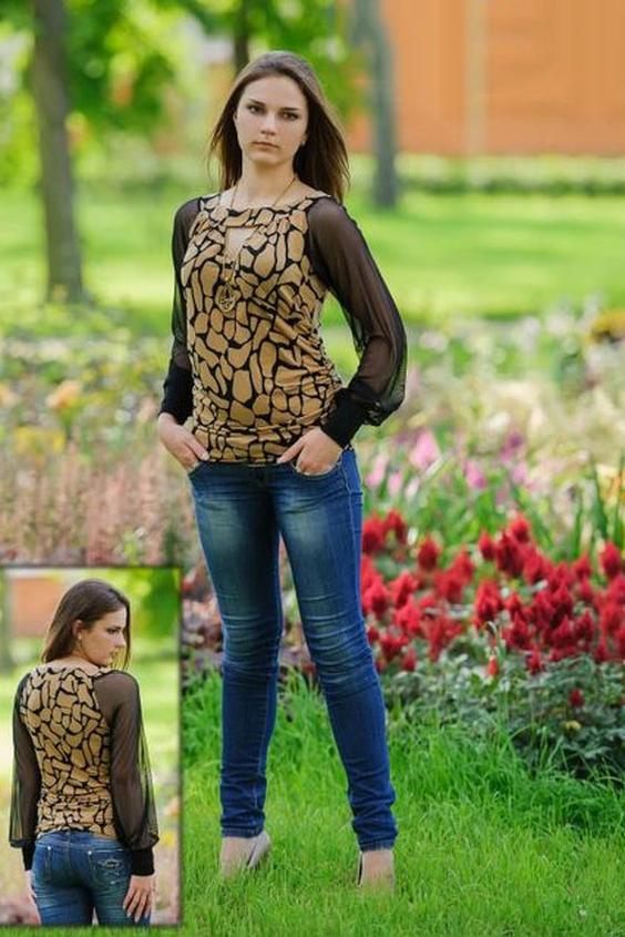 БлузкаБлузки<br>Эта роскошная трикотажная блузка станет любимым предметом женского гардероба для многих девушек. Ее крой придаст женскому образу привлекательность и индивидуальность, а расцветка этой модели будет актуальной долгие годы. Настоящей изюминкой этой модели являются ее рукава из полупрозрачной трикотажной сетки и оригинальное декольте, которые сделают любую девушку сексуальной и соблазнительной в глазах мужчин.  Трикотажная блуза прилегающего силуэта. Перед с округлой линией членения, имитирующей линию запаха и сборкой по срезу притачивания кокетки горловины. Детали переда образуют небольшую треугольную «каплю» в центре переда, ограниченную сверху кокеткой горловины. Спинка без отличительных особенностей. Изделие присобрано  по боковым швам в области талии и бедер. Рукава из мягкой сетки покроя реглан длинные, присборенные по низу и обработанные двойной манжетой. Горловина расширенная с вырезом типа «лодочка», обработанная двойными кокетками.  Длина изделия около 66 см.  В изделии использованы цвета: черный, бежевый  Ростовка изделия 170 см.<br><br>Горловина: С- горловина<br>По материалу: Гипюровая сетка,Трикотаж<br>По рисунку: С принтом,Цветные<br>По сезону: Весна,Зима,Лето,Осень,Всесезон<br>По силуэту: Полуприталенные<br>По стилю: Повседневный стиль<br>По элементам: С манжетами<br>Рукав: Длинный рукав<br>Размер : 48,50,52,54,56<br>Материал: Холодное масло + Гипюровая сетка<br>Количество в наличии: 8