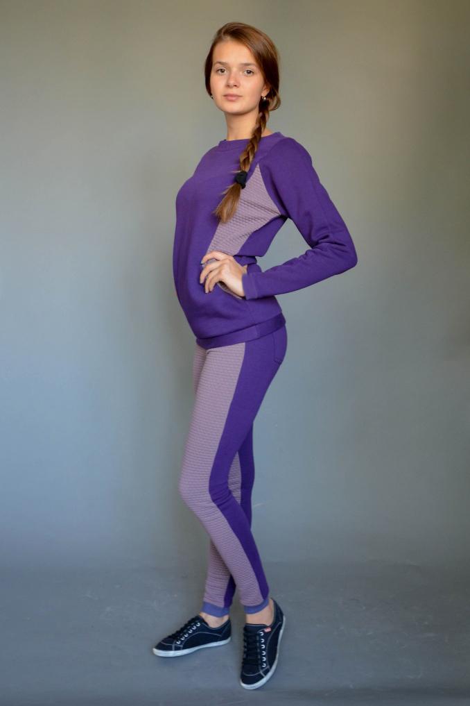ДжемперДжемперы<br>Прекрасный джемпер с круглой горловиной и длинными рукавами. Модель выполнена из плотного трикотажа с фактурными вставками по бокам. Отличный выбор для повседневного гардероба или активного отдыха.  Цвет: фиолетовый, сиреневый  Ростовка изделия 170 см.<br><br>По образу: Город<br>По стилю: Повседневный стиль,Спортивный стиль<br>По материалу: Трикотаж<br>По рисунку: Однотонные,Фактурный рисунок<br>По сезону: Зима,Осень,Весна<br>По силуэту: Полуприталенные<br>Рукав: Длинный рукав<br>Горловина: С- горловина<br>Размер: 44,46,48,50<br>Материал: 80% полиэстер 20% хлопок<br>Количество в наличии: 4