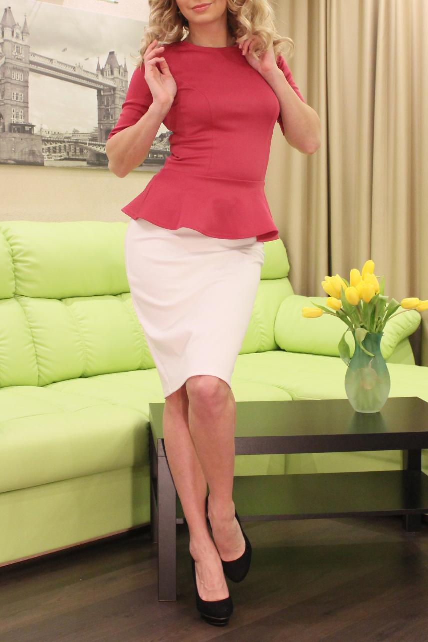 БлузкаБлузки<br>Блуза из плотного трикотажного полотна с эластаном, прилегающего силуэта, с отрезной баской, рукав втачной, до локтя, полочка с рельефами. Изделие хорошо держит форму и не требует особого ухода.   Длина изделия от 63 см до 69 см, в зависимости от размера.  Цвет: коралловый  Рост девушки-фотомодели 175 см<br><br>Горловина: С- горловина<br>По материалу: Трикотаж,Вискоза<br>По рисунку: Однотонные<br>По сезону: Весна,Зима,Лето,Осень,Всесезон<br>По силуэту: Приталенные<br>По элементам: С баской<br>Рукав: До локтя<br>По стилю: Повседневный стиль<br>Размер : 52<br>Материал: Трикотаж<br>Количество в наличии: 1