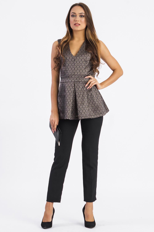 БлузкаБлузки<br>Повседневно - нарядная блузка одна из самых любимых деталей гардероба современной женщины, которая идеально подойдет как для создания офисного стиля, так и для романтичной встречи.   Блузка приталенного силуэта с втачным поясом по талии. На передней части рельефы по лифу, встречная складка на баске. На спинке средний шов и талиевые вытачки. Молния в боковом шве. Горловина и пройма обработаны обтачками.  Цвет: на черном фоне золотистый рисунок.  Рост девушки-фотомодели 170 см  Длина изделия - 66 ± 2 см<br><br>Горловина: V- горловина<br>Застежка: С молнией<br>По материалу: Жаккард,Тканевые<br>По рисунку: С принтом,Фактурный рисунок,Цветные<br>По сезону: Весна,Зима,Лето,Осень,Всесезон<br>По силуэту: Полуприталенные,Приталенные<br>По стилю: Молодежный стиль,Нарядный стиль,Повседневный стиль,Романтический стиль,Ультрамодный стиль<br>По элементам: С баской,С вырезом,С декором,Со складками<br>Рукав: Без рукавов<br>Размер : 42,44,46,48,50,52<br>Материал: Жаккард<br>Количество в наличии: 12