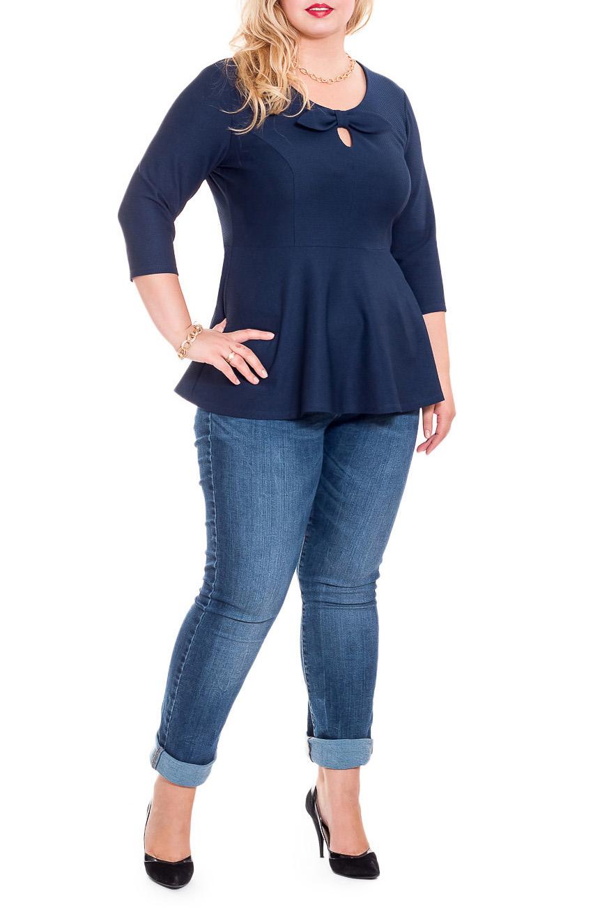 БлузкаБлузки<br>Классическая женская блузка - это универсальный предмет одежды, в котором можно пойти как на работу, так и на свидание.  Блузка приталенного силуэта, отрезная выше линии талии, с баской. На передней части изделия средний шов, рельефы и декоративный бант с капелькой. На спинке средний шов. Горловина обработана обтачкой. Рукав втачной, 3/4.  Цвет: синий.  Длина рукава - 44 ± 1 см  Рост девушки-фотомодели 178 см  Длина изделия - 68 ± 2 см<br><br>Горловина: С- горловина<br>По материалу: Трикотаж<br>По образу: Город,Офис,Свидание<br>По рисунку: Однотонные<br>По сезону: Весна,Зима,Осень,Всесезон<br>По силуэту: Приталенные<br>По стилю: Классический стиль,Кэжуал,Офисный стиль,Повседневный стиль<br>По элементам: С баской,С декором<br>Рукав: Рукав три четверти<br>Размер : 56,58,60,62,64,66<br>Материал: Трикотаж<br>Количество в наличии: 19