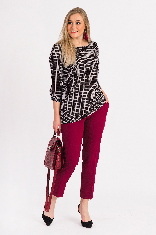БлузкаБлузки<br>Универсальная женская блузка из приятного к телу материла станет основой Вашего повседневного гардероба.  Блузка полуприлегающего силуэта. На спинке средний шов и сборка на резинку по линии талии. Горловина обработана обтачками с декоративными защипами. Рукав втачной, 3/4, с притачной манжетой и застежкой на пуговицу.  Цвет: черно-белый.  Длина рукава - 46 ± 1 см  Рост девушки-фотомодели 170 см  Длина изделия - 69 ± 2 см<br><br>Горловина: Квадратная горловина<br>По материалу: Блузочная ткань<br>По рисунку: В клетку,Цветные<br>По сезону: Весна,Зима,Лето,Осень,Всесезон<br>По силуэту: Полуприталенные<br>По стилю: Классический стиль,Кэжуал,Офисный стиль,Повседневный стиль<br>По элементам: С манжетами<br>Рукав: Рукав три четверти<br>Размер : 48,50,52,54,56,58<br>Материал: Блузочная ткань<br>Количество в наличии: 40