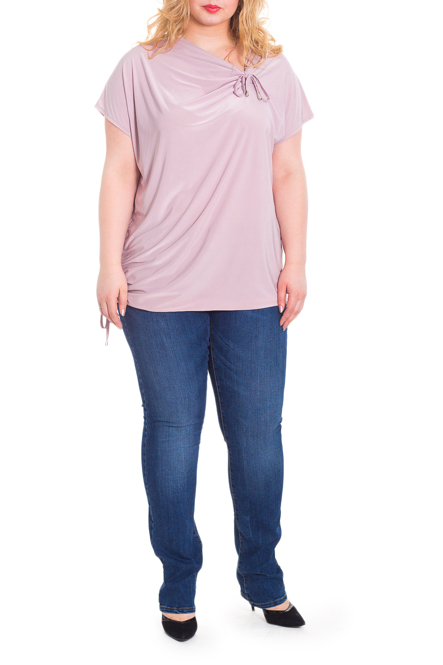 БлузкаБлузки<br>Оригинальная женская блузка - туника из струящегося трикотажа станет основой Вашего повседневного гардероба.  Блузка свободного кроя, со сборкой на шнурок по правому боку и на горловине переда. На спинке средний шов. Горловина качелька. Рукав цельнокроенный, короткий.  Цвет: приглушенный розовый.  Длина рукава (от конечной плечевой точки) - 15 ± 1 см  Рост девушки-фотомодели 178 см  Длина изделия - 72 ± 2 см<br><br>Горловина: Качель,Фигурная горловина<br>По материалу: Трикотаж<br>По образу: Город,Офис,Свидание<br>По рисунку: Однотонные<br>По сезону: Весна,Зима,Лето,Осень,Всесезон<br>По силуэту: Свободные<br>По стилю: Классический стиль,Кэжуал,Офисный стиль,Повседневный стиль<br>По элементам: С декором,Со складками<br>Рукав: Короткий рукав<br>Размер : 56,58,60,62,64,66,68<br>Материал: Холодное масло<br>Количество в наличии: 14
