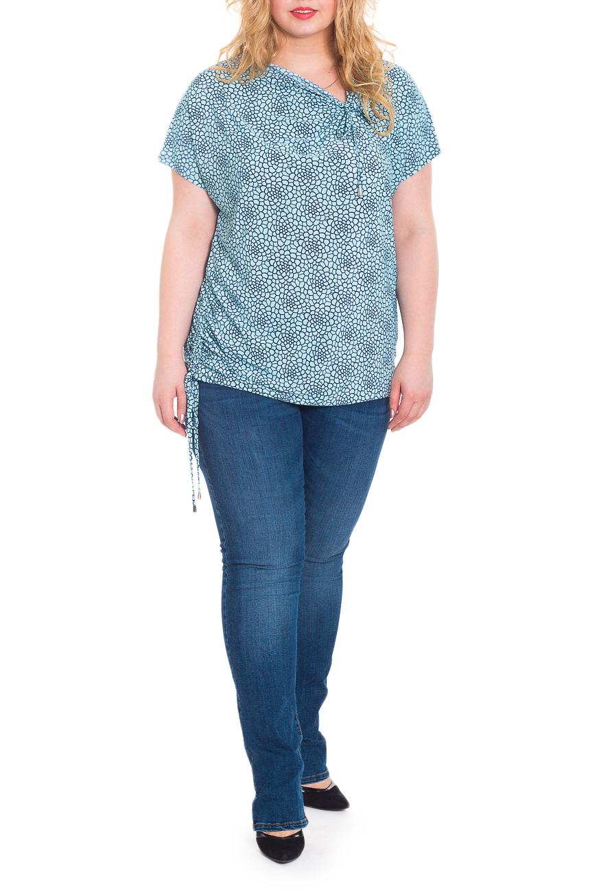БлузкаБлузки<br>Оригинальная женская блузка - туника из струящегося трикотажа станет основой Вашего повседневного гардероба.  Блузка свободного кроя, со сборкой на шнурок по правому боку и на горловине переда. На спинке средний шов. Горловина качелька. Рукав цельнокроенный, короткий.  Цвет: голубой, синий.  Длина рукава (от конечной плечевой точки) - 15 ± 1 см  Рост девушки-фотомодели 178 см  Длина изделия - 72 ± 2 см<br><br>По материалу: Трикотаж<br>По образу: Город,Свидание<br>По рисунку: С принтом,Цветные<br>По сезону: Весна,Зима,Лето,Осень,Всесезон<br>По силуэту: Свободные<br>По стилю: Повседневный стиль<br>По элементам: С декором,Со складками<br>Рукав: Короткий рукав<br>Горловина: Фигурная горловина<br>Размер : 58,62,66<br>Материал: Холодное масло<br>Количество в наличии: 3
