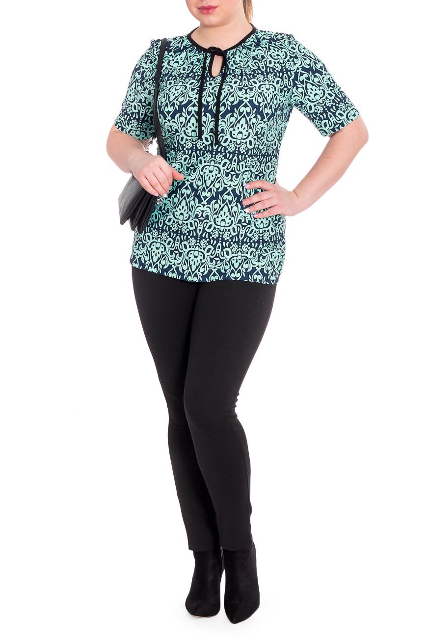 БлузкаБлузки<br>Универсальная женская блузка из струящегося трикотажа станет основой Вашего повседневного гардероба.  Блузка полуприлегающего силуэта со сборкой по горловине. Горловина на окантовке и на завязках. На горловине капелька. Рукав короткий.  В изделии использованы цвета: темно-синий, бирюзовый и др.  Рост девушки-фотомодели 170 см<br><br>Горловина: Фигурная горловина<br>Застежка: С завязками<br>По материалу: Трикотаж<br>По образу: Город,Свидание<br>По рисунку: Абстракция,С принтом,Цветные<br>По сезону: Весна,Зима,Лето,Осень,Всесезон<br>По силуэту: Приталенные<br>По стилю: Повседневный стиль<br>По элементам: С декором<br>Рукав: До локтя,Короткий рукав<br>Размер : 52<br>Материал: Трикотаж<br>Количество в наличии: 1