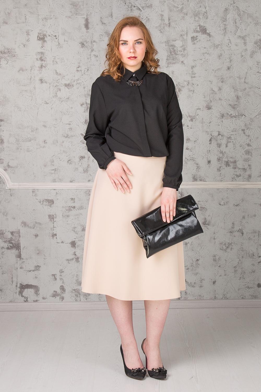 БлузкаБлузки<br>Классическая блузка с рубашечным воротником станет основой Вашего повседневного гардероба. Изделие выполнено из струящегося материала, который прекрасно садится по любой фигуре. Модель станет лучшим предложением для современных женщин  Блузка прямого силуэта с асимметричным низом и разрезами по бокам. Супатная застежка. Воротник стояче-отложной. Рукав втачной, длинный, со сборкой по низу и манжетой. Украшение в комплект не входит.  Цвет: черный.  Длина рукава - 62 ± 1 см  Рост девушки-фотомодели 171 см  Длина изделия - 74 ± 2 см  При создании образа, который Вы видите на фотографии, также были использованы юбка арт. U1316(2702) и клатч арт. SMK0415(2876). Для просмотра модели введите артикул в строке поиска.<br><br>Воротник: Рубашечный,Стояче-отложной<br>Застежка: С пуговицами<br>По материалу: Блузочная ткань,Тканевые<br>По рисунку: Однотонные<br>По сезону: Весна,Зима,Лето,Осень,Всесезон<br>По силуэту: Прямые<br>По стилю: Классический стиль,Кэжуал,Офисный стиль,Повседневный стиль<br>По элементам: С воротником,С декором,С манжетами,С фигурным низом<br>Рукав: Длинный рукав<br>Размер : 52,54,56<br>Материал: Блузочная ткань<br>Количество в наличии: 4