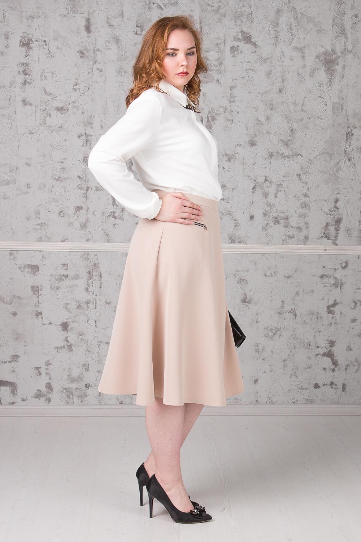 БлузкаБлузки<br>Классическая блузка с рубашечным воротником станет основой Вашего повседневного гардероба. Изделие выполнено из струящегося материала, который прекрасно садится по любой фигуре. Модель станет лучшим предложением для современных женщин  Блузка прямого силуэта с асимметричным низом и разрезами по бокам. Супатная застежка. Воротник quot;стояче-отложнойquot;. Рукав втачной, длинный, со сборкой по низу и манжетой. Украшение в комплект не входит.  Цвет: молочный.  Длина рукава - 62 ± 1 см  Рост девушки-фотомодели 171 см  Длина изделия - 74 ± 2 см  При создании образа, который Вы видите на фотографии, также были использованы юбка арт. U1316(2702) и клатч арт. SMK0415(2876). Для просмотра модели введите артикул в строке поиска.<br><br>Воротник: Рубашечный,Стояче-отложной<br>Застежка: С пуговицами<br>По материалу: Блузочная ткань,Тканевые<br>По рисунку: Однотонные<br>По сезону: Весна,Зима,Лето,Осень,Всесезон<br>По силуэту: Прямые<br>По стилю: Классический стиль,Кэжуал,Офисный стиль,Повседневный стиль<br>По элементам: С воротником,С декором,С манжетами,С фигурным низом<br>Рукав: Длинный рукав<br>Размер : 52,54,56<br>Материал: Блузочная ткань<br>Количество в наличии: 6