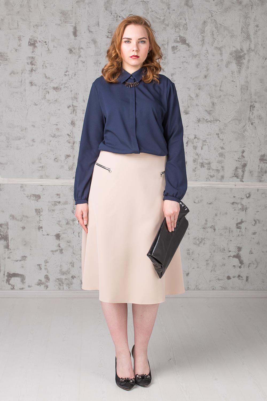 БлузкаБлузки<br>Классическая блузка с рубашечным воротником станет основой Вашего повседневного гардероба. Изделие выполнено из струящегося материала, который прекрасно садится по любой фигуре. Модель станет лучшим предложением для современных женщин  Блузка прямого силуэта с асимметричным низом и разрезами по бокам. Супатная застежка. Воротник quot;стояче-отложнойquot;. Рукав втачной, длинный, со сборкой по низу и манжетой. Украшение в комплект не входит.  Цвет: синий.  Длина рукава - 62 ± 1 см  Рост девушки-фотомодели 171 см  Длина изделия - 74 ± 2 см  При создании образа, который Вы видите на фотографии, также были использованы юбка арт. U1316(2702) и клатч арт. SMK0415(2876). Для просмотра модели введите артикул в строке поиска.<br><br>Воротник: Рубашечный,Стояче-отложной<br>Застежка: С пуговицами<br>По материалу: Блузочная ткань,Тканевые<br>По рисунку: Однотонные<br>По сезону: Весна,Зима,Лето,Осень,Всесезон<br>По силуэту: Прямые<br>По стилю: Классический стиль,Кэжуал,Офисный стиль,Повседневный стиль<br>По элементам: С воротником,С декором,С манжетами,С фигурным низом<br>Рукав: Длинный рукав<br>Размер : 52,54,56<br>Материал: Блузочная ткань<br>Количество в наличии: 5