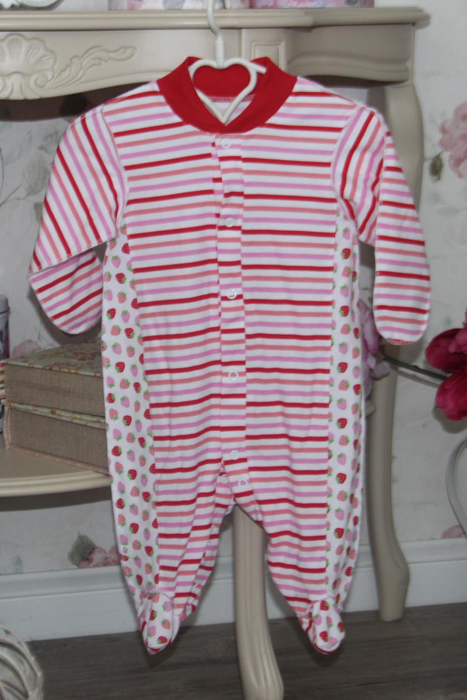 КомбинезонКомбинезончики<br>Трикотажный комбинезон для новорожденного.  В изделии использованы цвета: белый, красный, розовый и др.  Размер соответствует росту ребенка.<br><br>По сезону: Всесезон<br>Размер : 68,74<br>Материал: Трикотаж<br>Количество в наличии: 2