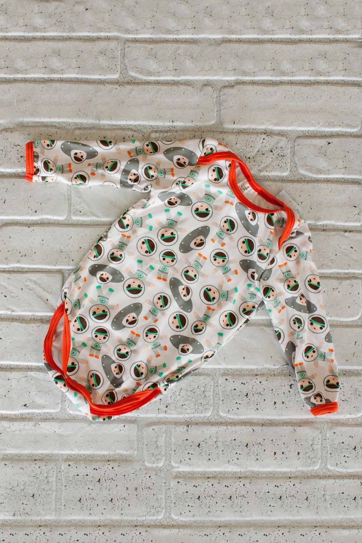 БодикКофточки<br>Боди с длинными рукавами.  Кулирка (кулирная гладь) – хлопчатобумажный или смесовый (с добавлением до 10% лайкры или полиэстера) трикотаж поперечного плетения. На лицевой стороне выраженный рельеф – «косички», изнанка шахматная. Считается самым тонким трикотажем, подходящим для шитья белья и летней одежды (в основном для детей). Кулирка с лайкрой эластичнее, хлопчатобумажная тянется только в ширину.  В изделии использованы цвета: белый, оранжевый и др.  Размер 74 соответствует росту 70-73 см Размер 80 соответствует росту 74-80 см Размер 86 соответствует росту 81-86 см Размер 92 соответствует росту 87-92 см Размер 98 соответствует росту 93-98 см Размер 104 соответствует росту 98-104 см Размер 110 соответствует росту 105-110 см Размер 116 соответствует росту 111-116 см Размер 122 соответствует росту 117-122 см Размер 128 соответствует росту 123-128 см Размер 134 соответствует росту 129-134 см Размер 140 соответствует росту 135-140 см Размер 146 соответствует росту 141-146 см<br><br>По сезону: Всесезон<br>Размер : 56,62,68,74,80,86,92<br>Материал: Хлопок<br>Количество в наличии: 11