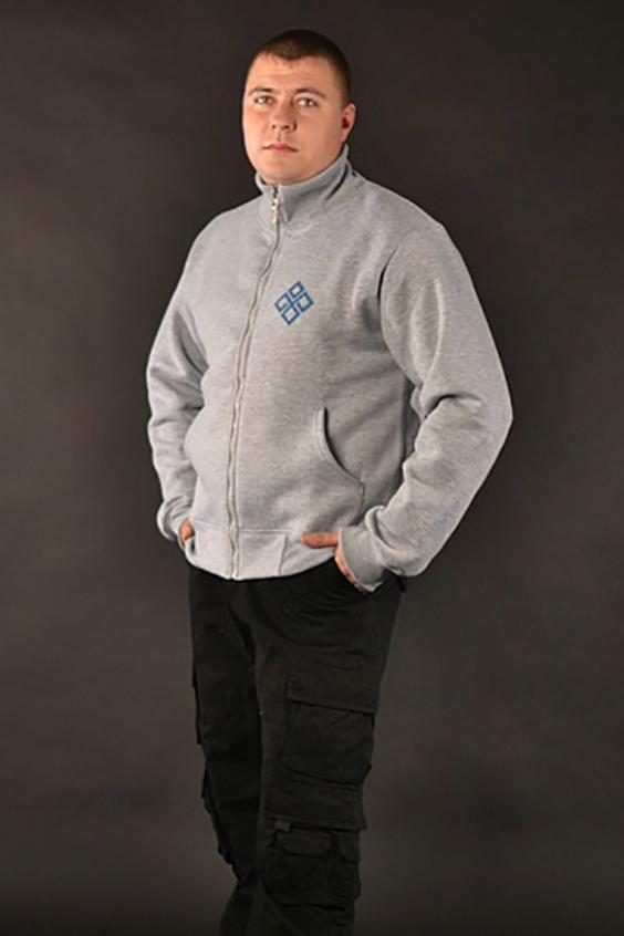 КофтаКофты<br>Серая классическая кофта с изображением война - quot;Коготь волкаquot;. Без капюшона, на молнии. На талии и рукава собраны мягкой резинкой. Внизу - два кармана. Теплая, удобная из мягкого флиса. В прохладную погоду может послужить отличной заменой куртке или свитеру.  Цвет: серый<br><br>По сезону: Осень,Весна<br>Размер : 50,54<br>Материал: Трикотаж<br>Количество в наличии: 2