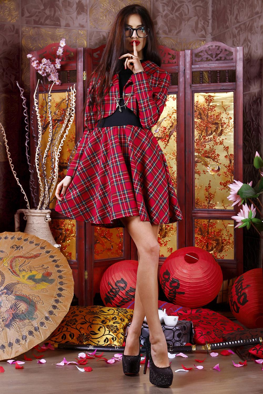 КостюмКостюмы<br>Женский костюм с юбкой – сочетание женского шарма и девичьей наивности. В нем есть все, что необходимо современной моднице. Для создания броского делового образа при нестрогом дресс-коде не найти ничего лучше. Молодой девушке очень пойдет этот костюм в классической шотландской расцветке. Приглянется он и студенткам. Комплект легко вписывается в деловой гардероб, но может стать и частью повседневного. Костюм создан из турецкого трикотажа. Это плотный материал, который позволяет носить изделия даже зимой. Но не стоит прятать костюм до холодов, весна и осень также подходят для его ношения. В комплект входит платье с фасоном солнце, оно красиво драпируется, выглядит женственно, но при этом строго. В комплект входит болеро – укороченный пиджак с английским воротником, спереди застегивающийся на булавку.   В изделии использованы цвета: красный, черный  Рост девушки-фотомодели 170 см.<br><br>Воротник: Отложной<br>Горловина: V- горловина<br>По длине: До колена<br>По материалу: Тканевые,Трикотаж<br>По рисунку: В клетку,С принтом,Цветные<br>По сезону: Зима,Осень,Весна<br>По силуэту: Полуприталенные<br>По стилю: Повседневный стиль<br>По форме: Костюм двойка<br>Рукав: Без рукавов,Длинный рукав<br>Размер : 42,44,46<br>Материал: Трикотаж + Плательная ткань<br>Количество в наличии: 3