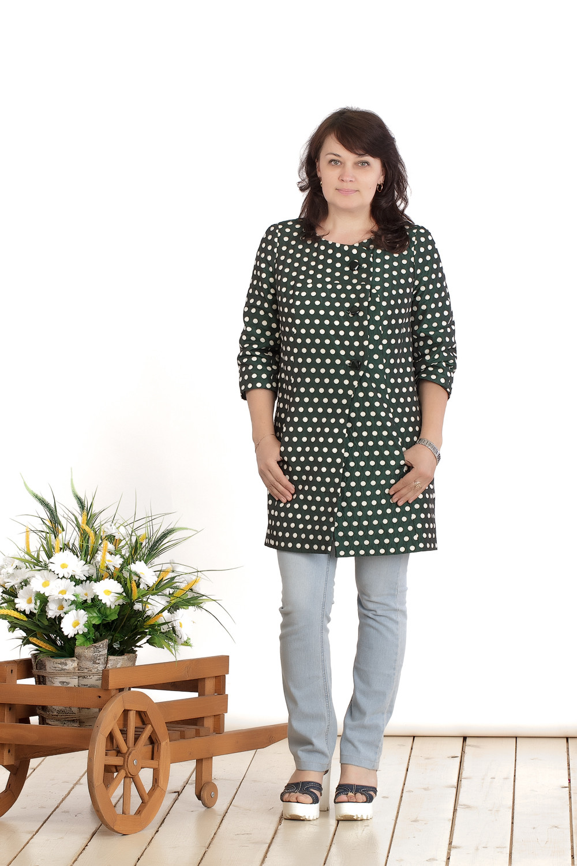 ЖакетЖакеты<br>Удлиненный женский жакет с круглой горловиной и рукавами 3/4. Модель выполнена из тафты на подкладе. Жакет можно носить как летнее пальто. Отличный вариант для повседневного гардероба.  Цвет: зеленый, белый  Длина изделия: 48 размер - 86 см 50 размер - 87 см 52 размер - 88 см 54 размер - 89 см 56 размер - 90 см 58 размер - 91 см  Рост девушки-фотомодели 165 см.<br><br>Горловина: С- горловина<br>Застежка: С пуговицами<br>По материалу: Вискоза,Трикотаж<br>По рисунку: В горошек,С принтом,Цветные<br>По силуэту: Полуприталенные<br>По стилю: Повседневный стиль<br>По элементам: С карманами<br>Рукав: Рукав три четверти<br>По сезону: Осень,Весна<br>По длине: Удлиненные<br>Размер : 44,46,48,50,52,54<br>Материал: Тафта<br>Количество в наличии: 6