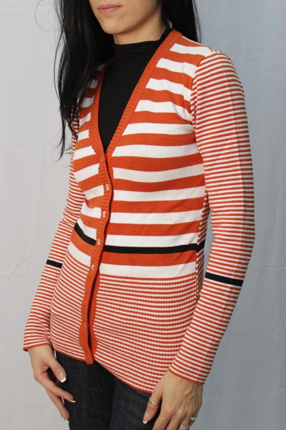 КардиганКардиганы<br>Цветной кардиган с длинными рукавами и застежкой на пуговицы. Вязаный трикотаж - это красота, тепло и комфорт. В вязанной одежде очень легко оставаться женственной и в то же время не замёрзнуть.  Цвет: оранжевый, белый, черный  Ростовка изделия 170 см<br><br>Горловина: V- горловина<br>Застежка: С пуговицами<br>По материалу: Вязаные,Трикотаж<br>По рисунку: В полоску,С принтом,Цветные<br>По силуэту: Полуприталенные<br>По стилю: Повседневный стиль<br>Рукав: Длинный рукав<br>По сезону: Осень,Весна<br>По длине: Средней длины<br>Размер : 42<br>Материал: Вязаное полотно<br>Количество в наличии: 1