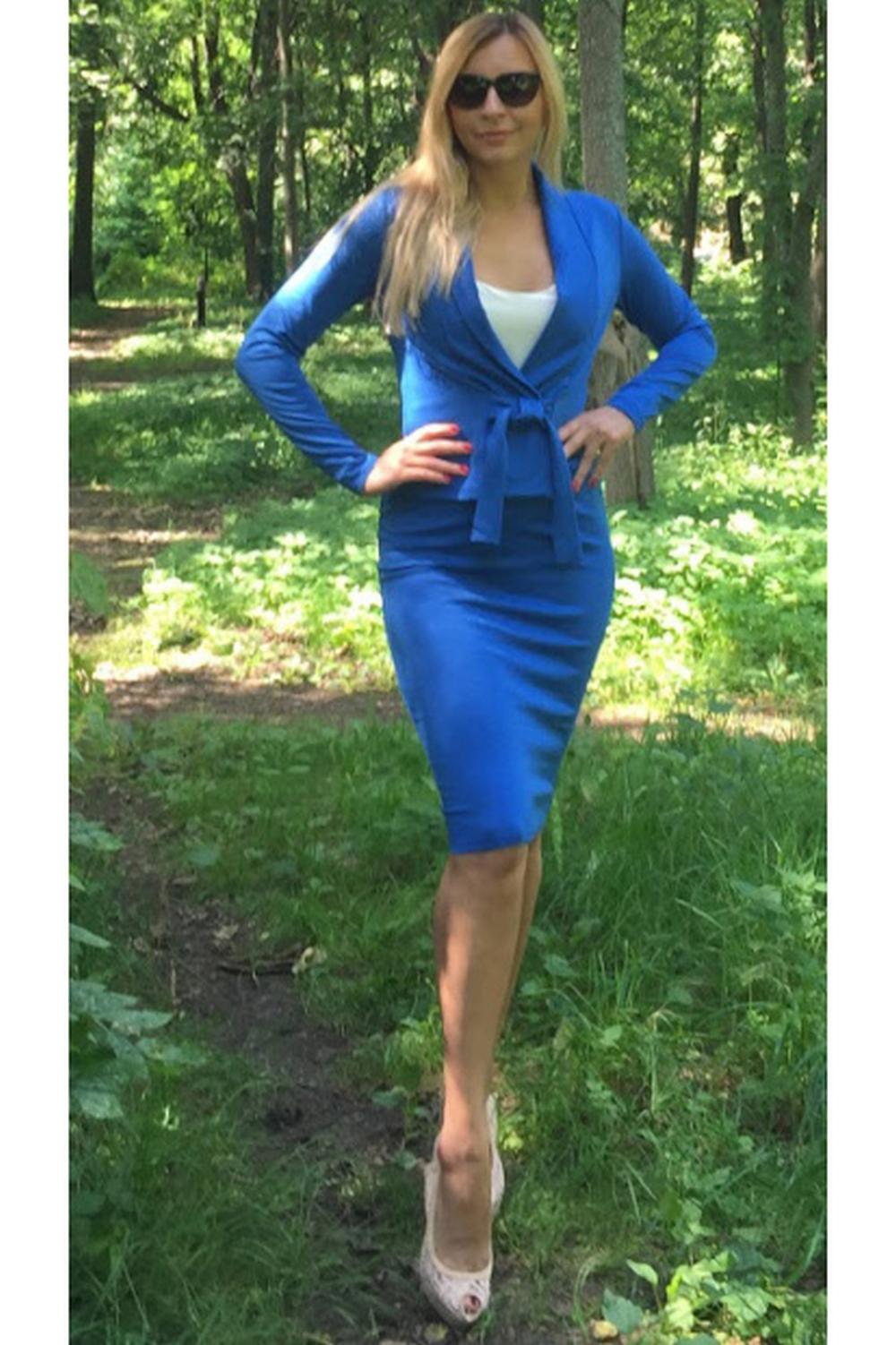 ЖакетЖакеты<br>Стильный жакет приталенного силуэта, с широкой планкой, переходящей в воротник, без застежки, с поясом. Изделие без подкладки. Выполнено из легкого, но плотного  трикотажного полотна. Безукоризненное сочетание женственности и уникального дизайна – лучший выбор каждой девушки  Длина изделия от 51 см до 60 см, в зависимости от размера.   Цвет: синий  Рост девушки-фотомодели 175 см<br><br>Воротник: Шалька<br>Горловина: V- горловина<br>По длине: Короткие<br>По материалу: Трикотаж<br>По рисунку: Однотонные<br>По силуэту: Полуприталенные<br>По стилю: Офисный стиль,Повседневный стиль<br>Рукав: Длинный рукав<br>По сезону: Осень,Весна<br>Размер : 50<br>Материал: Трикотаж<br>Количество в наличии: 1