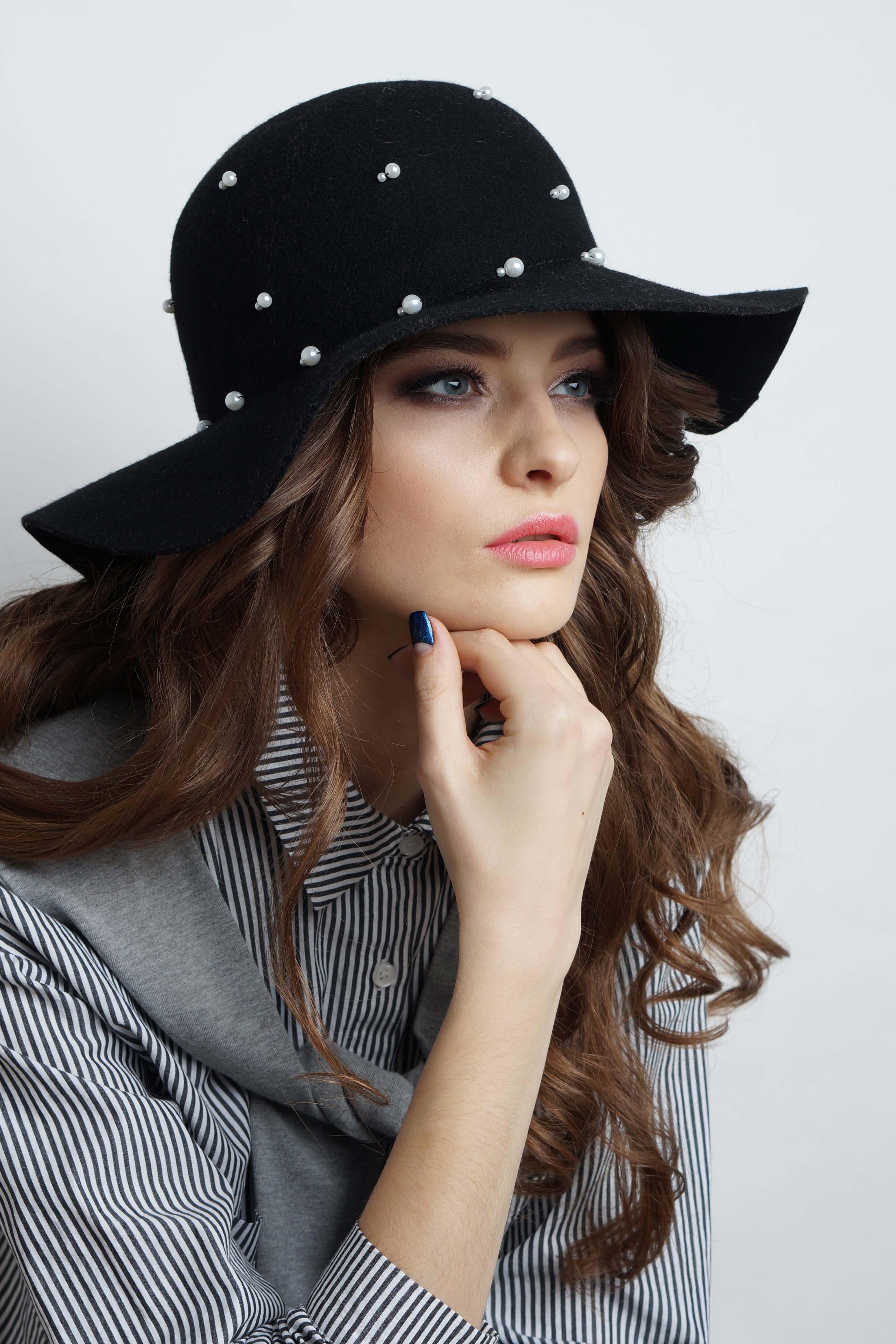ШляпаШляпы<br>Стильная шляпа с перламутровыми пуговицами защитит Вас от непогоды и станет прекрасным дополнением Вашего образа.В изделии использованы цвета: черныйРазмер universal (56-57) равен обхвату головы в сантиметрахОбхват головы измеряется по лобной части над уровнем бровей (на 2-3 сантиметра выше) и по самой выпуклой затылочной части.<br><br>Сезон: Осень,Весна<br>Размер : universal<br>Материал: Фетр<br>Количество в наличии: 2