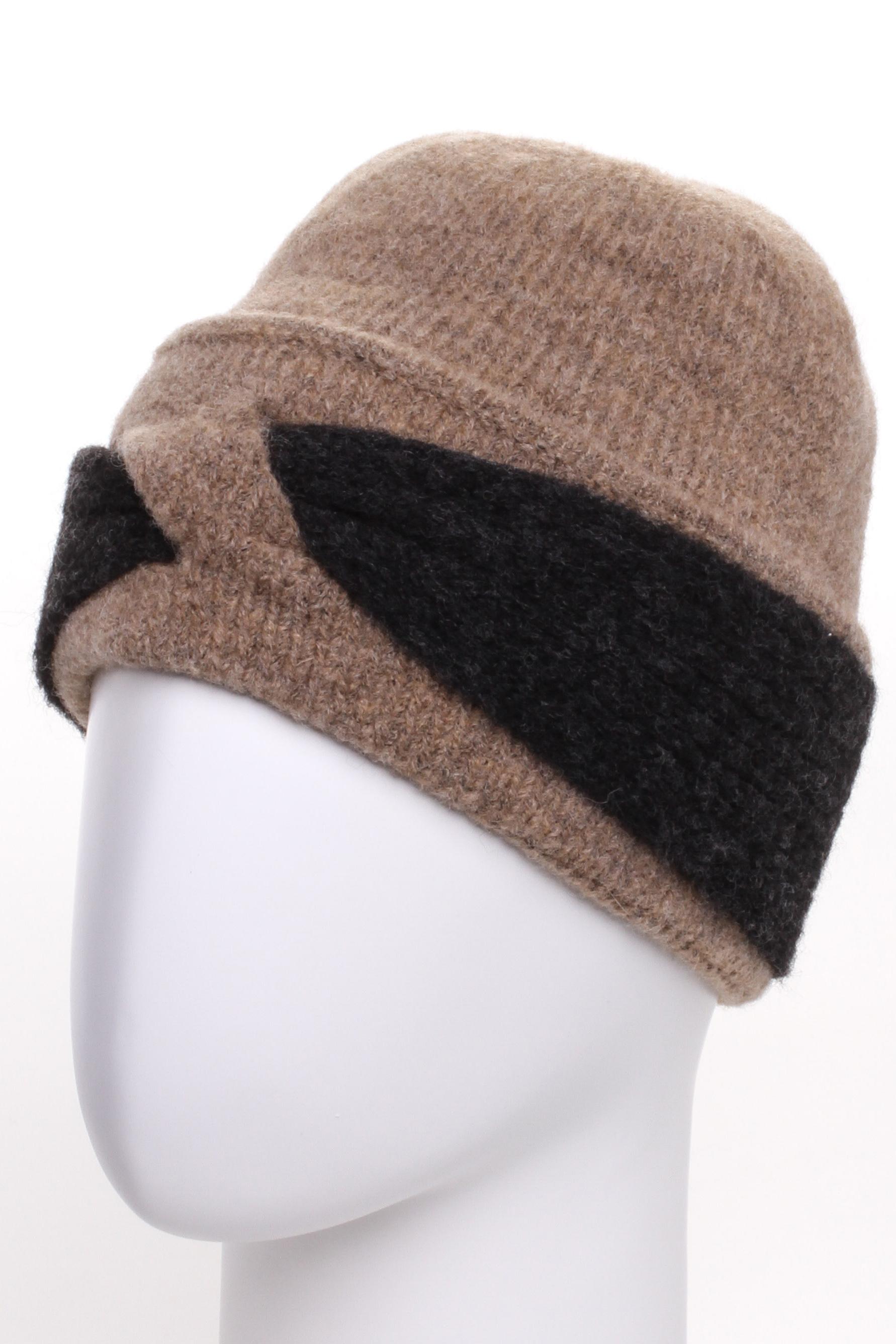 ШапкаШапки<br>Стильная шапка защитит Вас от непогоды и станет прекрасным дополнением Вашего образа.  В изделии использованы цвета: бежевый, черный<br><br>По материалу: Вязаные<br>По рисунку: Цветные<br>По сезону: Зима<br>Размер : universal<br>Материал: Вязаное полотно<br>Количество в наличии: 1