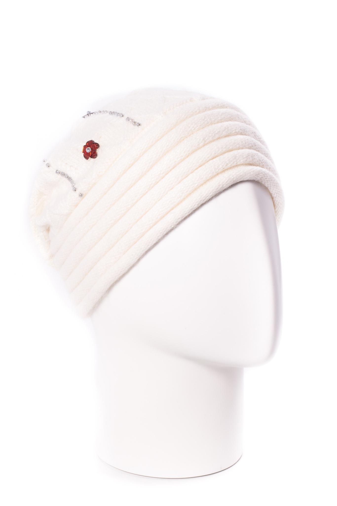 ШапкаШапки<br>Стильная шапка защитит Вас от непогоды и станет прекрасным дополнением Вашего образа.  В изделии использованы цвета: белый и др.<br><br>По материалу: Вязаные<br>По рисунку: Однотонные<br>По элементам: С декором<br>По сезону: Зима<br>Размер : universal<br>Материал: Вязаное полотно<br>Количество в наличии: 1