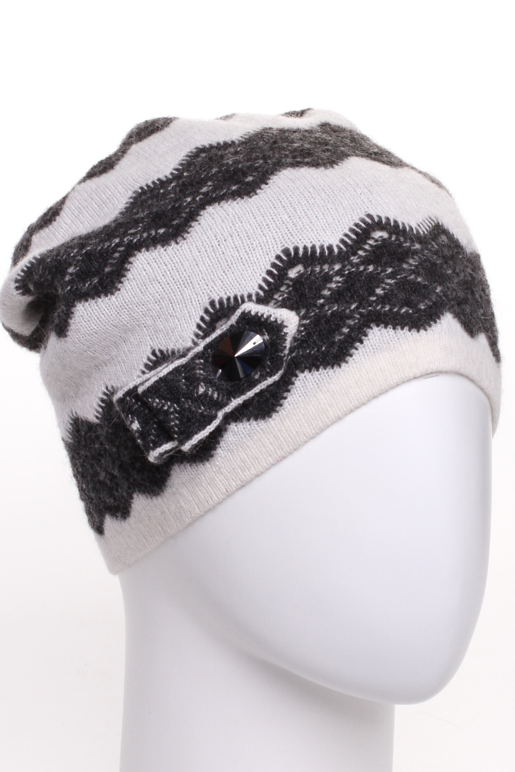 ШапкаШапки<br>Стильная шапка защитит Вас от непогоды и станет прекрасным дополнением Вашего образа.  В изделии использованы цвета: белый, черный<br><br>По материалу: Вязаные<br>По рисунку: В полоску,Цветные<br>По элементам: С декором<br>По сезону: Зима<br>Размер : universal<br>Материал: Вязаное полотно<br>Количество в наличии: 1