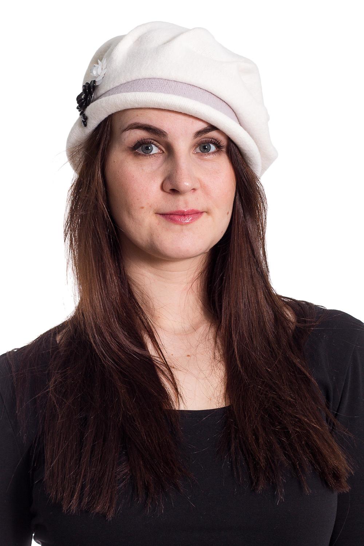ШляпаШляпы<br>Шляпа на основе берета защитит Вас от непогоды и станет прекрасным дополнением Вашего образа.  В изделии использованы цвета: белый и др.  Размер universal (56-58) равен обхвату головы в сантиметрах  Обхват головы измеряется по лобной части над уровнем бровей (на 2-3 сантиметра выше) и по самой выпуклой затылочной части.<br><br>По сезону: Осень,Весна<br>Размер : universal<br>Материал: Вязаное полотно<br>Количество в наличии: 2