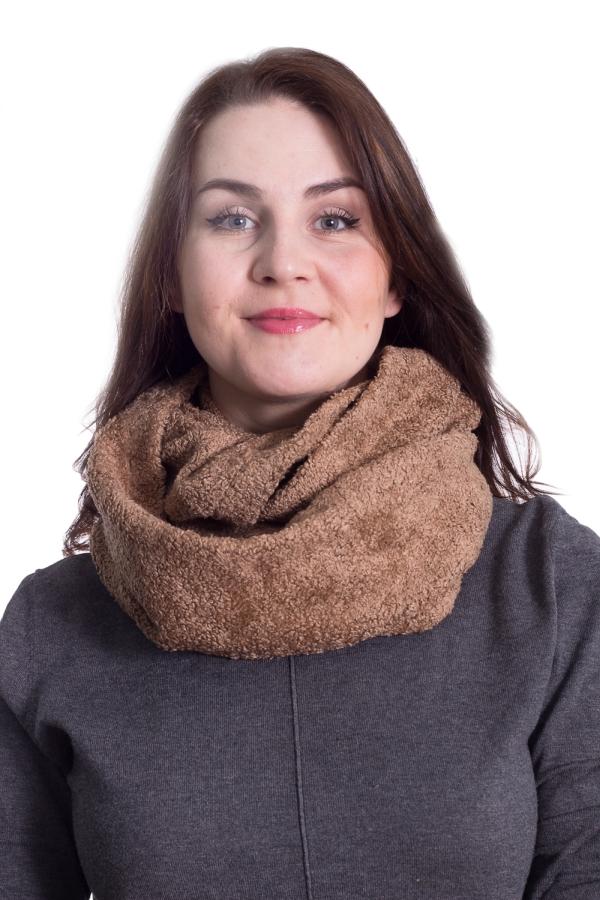 СнудСнуды<br>Стильный, красивый и одновременно уютный аксессуар, представляющий собой замкнутый в кольцо легкодрапирующийся шарф.  Снуд способен дополнить любой образ и, не имея возрастных ограничений, станет интересной деталью лука любой дамы, стоит лишь обратить внимание на длину шеи, и, если она не отличается особой длиной, повязать шарф так, чтобы шея была слегка приоткрыта.  Преимущества кругового шарфа «Снуда» очевидны: данный аксессуар с лёгкостью вписывается в любой стиль, а простота использования влюбляет «с первого взгляда». С ним не нужно выдумывать различные способы завязывания и хитрые узлы, его просто можно накинуть на шею и обмотать несколько раз. Эффект будет восхитительный, такой аксессуар на шее не останется не замеченным.  Особенности материала, волокнистый состав: Произведённый в Испании, микромодал 100%. Это искусственное микроволокно высочайшего качества, производимое из букового дерева. По внешнему виду напоминает искусственный мех на трикотажной основе, чем, по сути, и является. Уникальность материала заключается в самих волокнах, а именно, в их высокотехнологичном изготовлении. Особым образом закрученные ворсинки меха предохраняют материал от любых воздействий: заминов, заломов, сминания, скатывания, изменения формы и цвета, обычно возникающих в результате активной эксплуатации. Шарф «Снуд» из предложенного материала выдерживает длительную носку и многократные стирки, сохраняя мягкость и эластичность ткани. Принцип «стирай-носи» оценят приверженцы динамичного образа жизни, а также те, кто заботится о своём здоровье, так как помимо уникальных механических свойств материал приятен при соприкосновении с кожей, не вызывает аллергии и сохраняет лучшие свойства натуральных тканей (гигроскопичность, воздухопроницаемость, влагоотведение).  Рекомендации по уходу: Ручная или деликатная машинная стирка при температуре не 35° с добавлением специальных моющих средств. После ручной стирки следует отжать остатки воды, не допуская перекручивая изделия. Суши