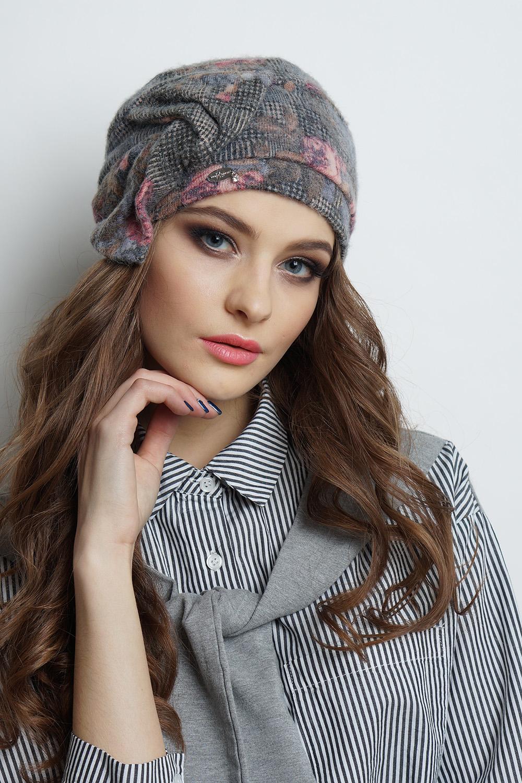 ШапкаШапки<br>Трикотажная шапка мягкой формы на флисе защитит Вас от непогоды и станет прекрасным дополнением Вашего образа.  В изделии использованы цвета: серый, розовый и др.  Размер universal (56-58) равен обхвату головы в сантиметрах  Обхват головы измеряется по лобной части над уровнем бровей (на 2-3 сантиметра выше) и по самой выпуклой затылочной части.<br><br>По материалу: Трикотаж,Шерсть<br>По рисунку: Растительные мотивы,С принтом,Цветные,Цветочные<br>По элементам: С декором<br>По сезону: Осень,Весна<br>Размер : universal<br>Материал: Трикотаж<br>Количество в наличии: 1