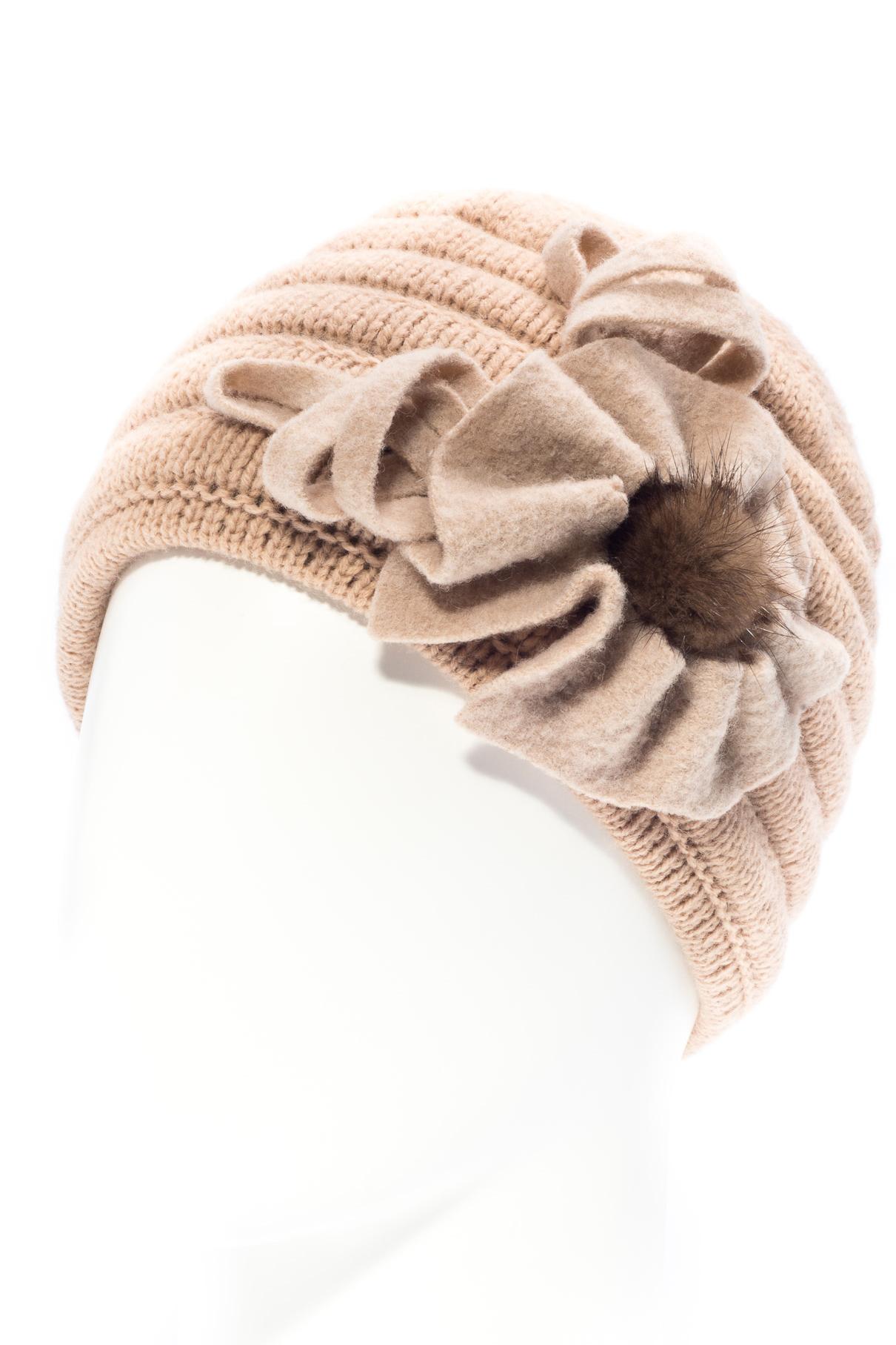 ШапкаШапки<br>Очаровательная шапка подарит Вам тепло и комфорт.  Стильный аксессуар подчеркнет Вашу женственность и станет прекрасным дополнением Вашего образа.  Цвет: бежевый<br><br>По материалу: Вязаные,Трикотаж<br>По рисунку: Однотонные<br>По элементам: С декором<br>По сезону: Зима<br>Размер : universal<br>Материал: Вязаное полотно<br>Количество в наличии: 1