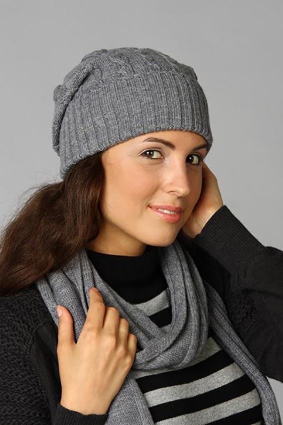 КомплектКомплекты<br>Комплект: шапка, шарф. Шапка цельновязаная с фактурным переплетением Сезон: осень/зима Состав: 100% шерсть  Головной убор стандартного размера 56-58 см.  Цвет: серый<br><br>По сезону: Осень,Весна<br>Размер : universal<br>Материал: Шерсть<br>Количество в наличии: 1