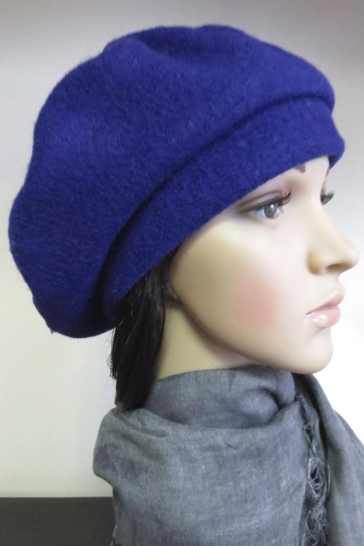 БеретБереты<br>Шерстяной беретик подарит Вам тепло и комфорт.  Стильный берет подчеркнет Вашу женственность и станет прекрасным дополнением Вашего образа.  Головной убор стандартного размера 56-58 см.  Цвет: синий<br><br>По сезону: Зима<br>Размер : universal<br>Материал: Шерсть<br>Количество в наличии: 1