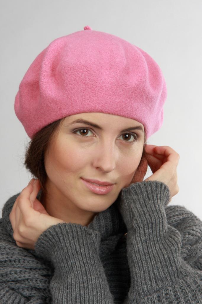 БеретБереты<br>Берет фетровый, цельновязаный. Сезон: осень/весна  Цвет: розовый.  Шерстяной беретик подарит Вам тепло и комфорт.  Стильный берет подчеркнет Вашу женственность и станет прекрасным дополнением Вашего образа.<br><br>По сезону: Осень,Весна<br>Размер : universal<br>Материал: Шерсть<br>Количество в наличии: 1
