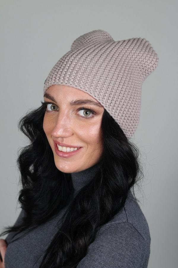 ШапкаШапки<br>Шерстяная шапка подарит Вам тепло и комфорт, а так же подчеркнет Вашу женственность и станет прекрасным дополнением Вашего образа.  Головной убор стандартного размера 56-58 см.  Цвет: бежевый<br><br>По материалу: Вязаные,Шерсть<br>По рисунку: Однотонные<br>По сезону: Осень,Весна<br>Размер : universal<br>Материал: Вязаное полотно<br>Количество в наличии: 1