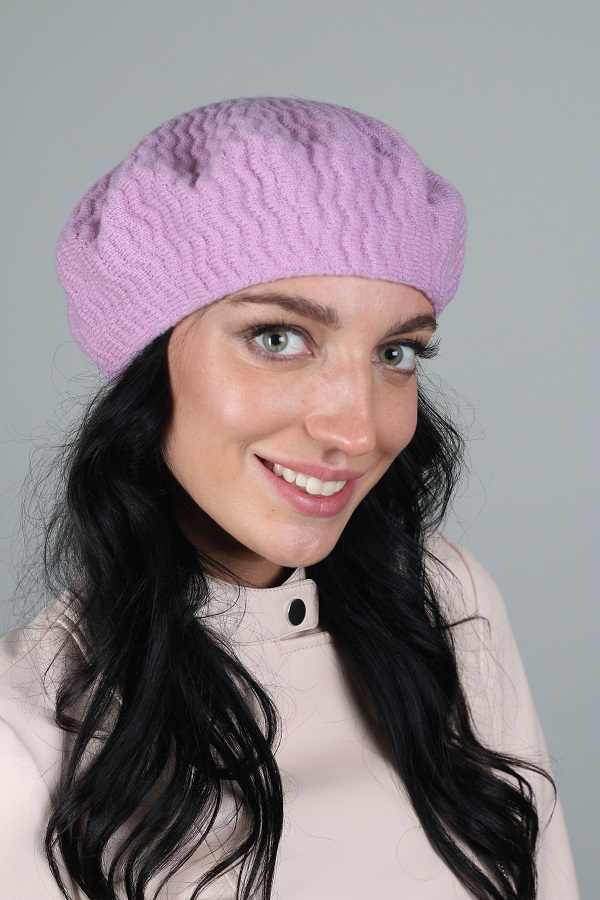 БеретБереты<br>Шерстяной беретик подарит Вам тепло и комфорт.  Стильный берет подчеркнет Вашу женственность и станет прекрасным дополнением Вашего образа.  Головной убор стандартного размера 56-58 см.  Цвет: сиреневый<br><br>По сезону: Осень,Весна<br>Размер : universal<br>Материал: Вязаное полотно<br>Количество в наличии: 2