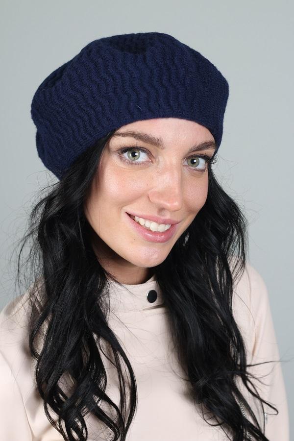 БеретБереты<br>Шерстяной беретик подарит Вам тепло и комфорт.  Стильный берет подчеркнет Вашу женственность и станет прекрасным дополнением Вашего образа.  Головной убор стандартного размера 56-58 см.  Цвет: синий<br><br>По сезону: Осень,Весна<br>Размер : universal<br>Материал: Вязаное полотно<br>Количество в наличии: 2