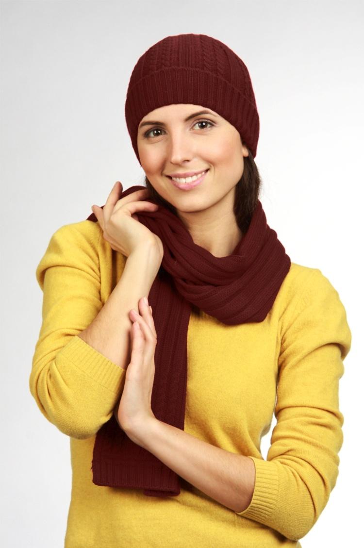 КомплектКомплекты<br>Комплект: шапка, шарф. Шапка цельновязаная, резинка 3*2, с фактурным переплетением, с отворотом. Шарф 18*180, резинка 3*2, с фактурным переплетением. Сезон: осень/зима Состав: 100% шерсть  Головной убор стандартного размера 56-58 см.<br><br>По сезону: Зима<br>Размер : universal<br>Материал: Шерсть<br>Количество в наличии: 1