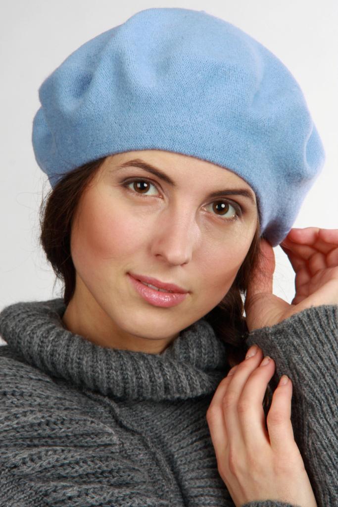 БеретБереты<br>Красивый берет защитит Вас от непогоды и станет прекрасным дополнением Вашего образа.  Цвет: голубой<br><br>По сезону: Осень,Весна<br>Размер : universal<br>Материал: Вязаное полотно<br>Количество в наличии: 1