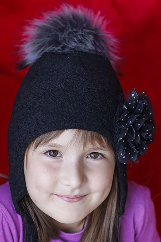 ШапкаГоловные уборы<br>Шапка для девочки защитит Вашего ребенка от непогоды и поднимет настроение.  Размер равен обхвату головы в сантиметрах.  Верхний слой - вязанный трикотаж,  подклад – хлопок, утеплитель – холлофайбер, помпон из искусственного меха.  В изделии использованы цвета: черный<br><br>По сезону: Зима<br>Размер : 50-54<br>Материал: Вязаное полотно<br>Количество в наличии: 1
