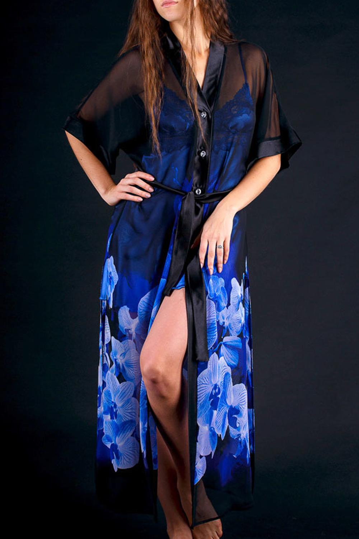 ХалатХалаты<br>Пеньюар из набивного атласа длинный, с пуговицами и поясом.  Цвет: черный, голубой  Рост девушки-фотомодели 172 см.  Параметры изделия в размере 54-56: Длина изделия 130 см. Ширина по груди 64 см.<br><br>Горловина: V- горловина<br>По рисунку: Растительные мотивы,Цветные,Цветочные,С принтом<br>По элементам: С поясом<br>Рукав: Короткий рукав,Рукав три четверти<br>По сезону: Всесезон<br>По длине: Ниже колена<br>По материалу: Атлас,Шифон<br>Размер : 46-48<br>Материал: Шифон + Атлас<br>Количество в наличии: 1
