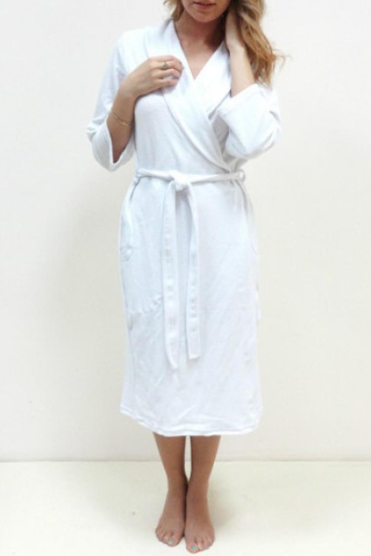 ХалатХалаты<br>Женский домашний халат с запахом. Домашняя одежда, прежде всего, должна быть удобной, практичной и красивой. В нашей домашней одежде Вы будете чувствовать себя комфортно, особенно, по вечерам после трудового дня. Пояс в комплект не входит  Цвет: белый  Рост девушки-фотомодели 166 см<br><br>Воротник: Шалька<br>Горловина: Запах<br>По рисунку: Однотонные<br>Рукав: Рукав три четверти<br>По сезону: Всесезон<br>По материалу: Велюр,Хлопок<br>По длине: Ниже колена<br>По элементам: С карманами<br>Размер : 52,54<br>Материал: Велюр<br>Количество в наличии: 2