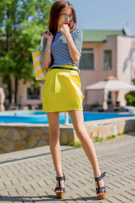 КостюмКостюмы<br>Яркий костюм состоит из блузки и юбки. Модель выполнена из приятного материала. Отличный выбор для повседневного гардероба. Костюм без пояса.  Цвет: желтый, белый, синий  Ростовка изделия 170 см<br><br>Горловина: С- горловина<br>По длине: До колена<br>По материалу: Трикотаж<br>По образу: Город,Свидание<br>По рисунку: В полоску,С принтом,Цветные<br>По сезону: Лето,Осень,Весна<br>По силуэту: Полуприталенные<br>По стилю: Повседневный стиль<br>По форме: Костюм двойка,Юбочные<br>Рукав: До локтя<br>Размер : 42,44,46<br>Материал: Трикотаж<br>Количество в наличии: 4