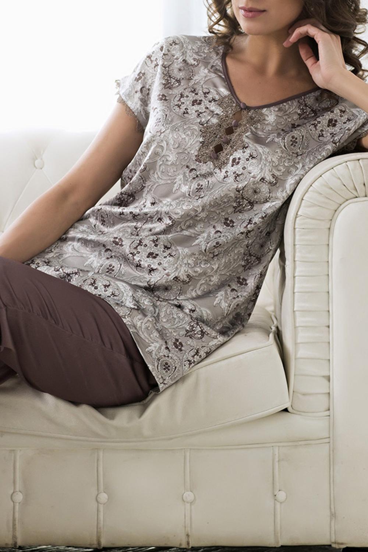 КомплектКомплекты и костюмы<br>Комплект состоит из блузы и брюк. Блуза выполнена из принтованного искусственного шелка, а брюки из однотонного.  В изделии использованы цвета: коричневый, бежевый и др.  Ростовка изделия 170 см.<br><br>Горловина: С- горловина<br>По длине: Макси<br>По материалу: Шелк<br>По рисунку: С принтом,Цветные<br>По сезону: Весна,Зима,Лето,Осень,Всесезон<br>По силуэту: Полуприталенные<br>По форме: Брючные,Костюм двойка<br>По элементам: С декором<br>Рукав: Короткий рукав<br>Размер : 50,52<br>Материал: Искусственный шелк<br>Количество в наличии: 4