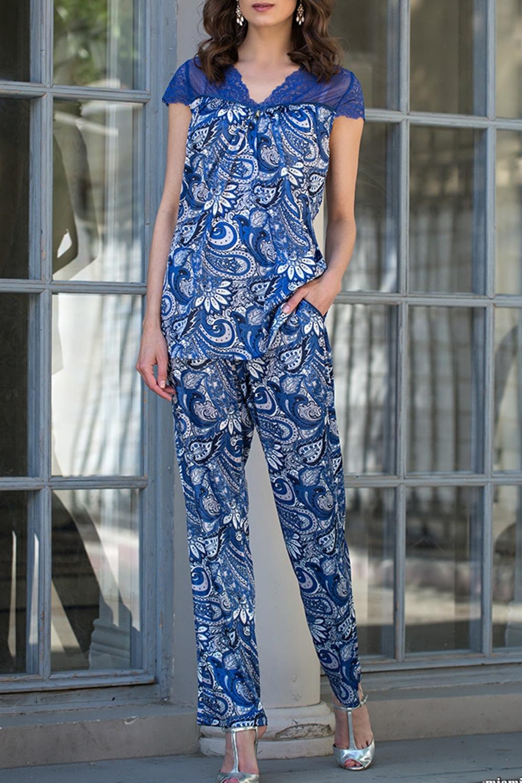 КомплектКомплекты и костюмы<br>Комплект из блузы и брюк выполнен из принтованного трикотажного шелка. Горловина блузы и рукава выполнены из синего кружева.  В изделии использованы цвета: синий, голубой и др.  Ростовка изделия 170 см.<br><br>Горловина: V- горловина<br>По длине: Макси<br>По материалу: Шелк<br>По рисунку: С принтом,Цветные,Этнические<br>По сезону: Весна,Зима,Лето,Осень,Всесезон<br>По силуэту: Полуприталенные<br>По форме: Брючные,Костюм двойка<br>По элементам: С декором<br>Рукав: Короткий рукав<br>Размер : 48,50,52<br>Материал: Искусственный шелк<br>Количество в наличии: 4