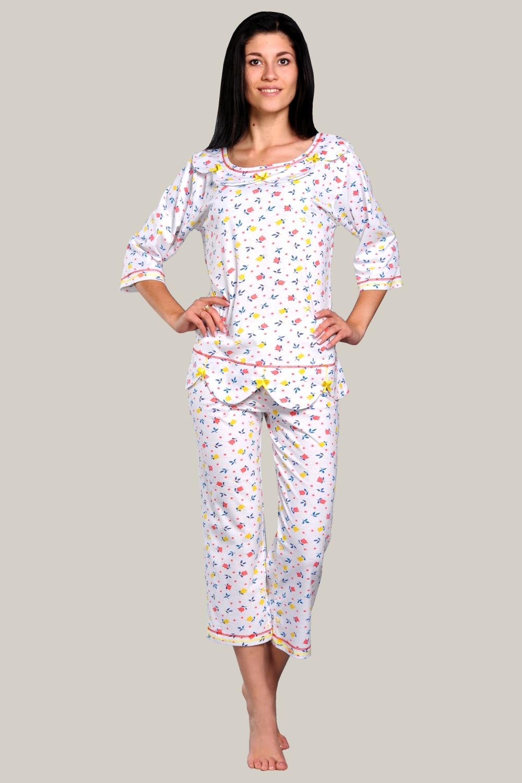 ПижамаПижамы<br>Женская пижама из трикотажного полотна 100% хб.   Трикотажная пижама - лёгкий, удобный и комфортный вариант одежды для сна. Пижама из хлопкового трикотажа  гипоаллергенная, качественная, натуральная. Женская пижама из легкого трикотажа с бриджами - отличный вариант для любого сезона, в неё не холодно зимой и не жарко летом. Блуза прямого силуэта с вырезом горловины - «лодочка». Спереди по вырезу горловины  блузы оригинальные фестоны. Рукава рубашечные, укороченные. Отделка блузы — контрастные декоративные отстрочки швов и атласные бантики.  Длина блузы 64 см. Бриджи прямые. Верх бридж на резинке. Низ бридж с декоративными   отстрочками.  Длина бридж 78 см.  Цвет: белый, мультицвет<br><br>По стилю: Повседневные<br>По материалу: Хлопковые<br>По рисунку: Абстракция,Цветные<br>По сезону: Весна,Осень<br>По силуэту: Полуприталенные<br>По элементам: С декором<br>По форме: Костюм двойка,Брючные<br>По длине: Миди<br>Рукав: Рукав три четверти<br>Горловина: С- горловина<br>Размер: 48,52,56,58<br>Материал: 100% хлопок<br>Количество в наличии: 4