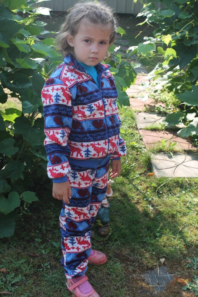 КостюмКостюмы<br>Замечатльный детский костюм (кофта + брюки). Застежка - молния. Цвет: синий, белый, красный  Размер 116 соответствует росту 111-116 см Размер 122 соответствует росту 117-122 см Размер 128 соответствует росту 123-128 см Размер 134 соответствует росту 129-134 см<br><br>По возрасту: Дошкольные ( от 3 до 7 лет)<br>По длине: Макси<br>По материалу: Трикотажные,Хлопковые<br>По образу: Повседневные,Спорт,Уличные<br>По рисунку: В полоску,С принтом (печатью),Цветные<br>По силуэту: Полуприталенные<br>По стилю: Спортивные<br>По форме: Брючные,Костюм двойка<br>По элементам: С декором,С карманами,С молнией<br>Рукав: Длинный рукав,С манжетой<br>По сезону: Осень,Весна<br>Размер : 128,134<br>Материал: Флис<br>Количество в наличии: 3