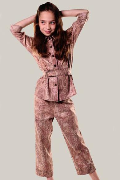 КостюмКостюмы<br>Льняной костюм для девочки. Костюм состоит из брюк и жакета.  Размер 122 соответствует росту 117-122 см Размер 128 соответствует росту 123-128 см Размер 134 соответствует росту 129-134 см Размер 140 соответствует росту 135-140 см  Цвет: коричневый<br><br>Воротник: Рубашечный<br>По возрасту: Дошкольные ( от 3 до 7 лет),Школьные ( от 7 до 13 лет)<br>По длине: Удлиненные<br>По материалу: Лен<br>По образу: Повседневные,Уличные<br>По рисунку: Однотонные<br>По сезону: Лето<br>По силуэту: Полуприталенные<br>По элементам: С карманами,С поясом<br>Рукав: Рукав три четверти<br>Размер : 122,128,134,140<br>Материал: Лен<br>Количество в наличии: 3