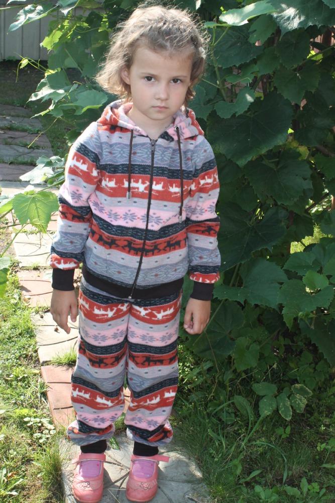 КостюмКостюмы<br>Замечатльный детский костюм (кофта + брюки). Застежка - молния. Цвет: коричневый, серый, розовый и др.  Размер 122 соответствует росту 117-122 см Размер 128 соответствует росту 123-128 см Размер 134 соответствует росту 129-134 см<br><br>По образу: Повседневные,Спорт,Уличные<br>По стилю: Спортивные<br>По материалу: Вискоза<br>По рисунку: С принтом (печатью),Цветные,В полоску<br>По сезону: Весна,Зима,Осень<br>По силуэту: Полуприталенные<br>По элементам: С декором,С карманами,С молнией<br>По форме: Брючные,Костюм двойка<br>По длине: Макси<br>Рукав: Длинный рукав,С манжетой<br>По возрасту: Школьные ( от 7 до 13 лет)<br>Размер: 128,122,134<br>Материал: 50% вискоза 50% полиэстер<br>Количество в наличии: 5