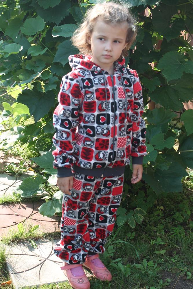 КостюмКостюмы<br>Замечатльный детский костюм (кофта + брюки). Застежка - молния. Цвет: черный, серый, красный и др.  Размер 116 соответствует росту 111-116 см Размер 122 соответствует росту 117-122 см Размер 128 соответствует росту 123-128 см Размер 134 соответствует росту 129-134 см<br><br>По длине: Макси<br>По материалу: Вискоза<br>По образу: Повседневные,Спорт,Уличные<br>По рисунку: В полоску,С принтом (печатью),Цветные<br>По сезону: Весна,Зима,Осень<br>По силуэту: Полуприталенные<br>По стилю: Спортивные<br>По форме: Брючные,Костюм двойка<br>По элементам: С декором,С карманами,С молнией<br>Рукав: Длинный рукав,С манжетой<br>По возрасту: Школьные ( от 7 до 13 лет),Дошкольные ( от 3 до 7 лет)<br>Размер : 122,128,134<br>Материал: Флис<br>Количество в наличии: 3
