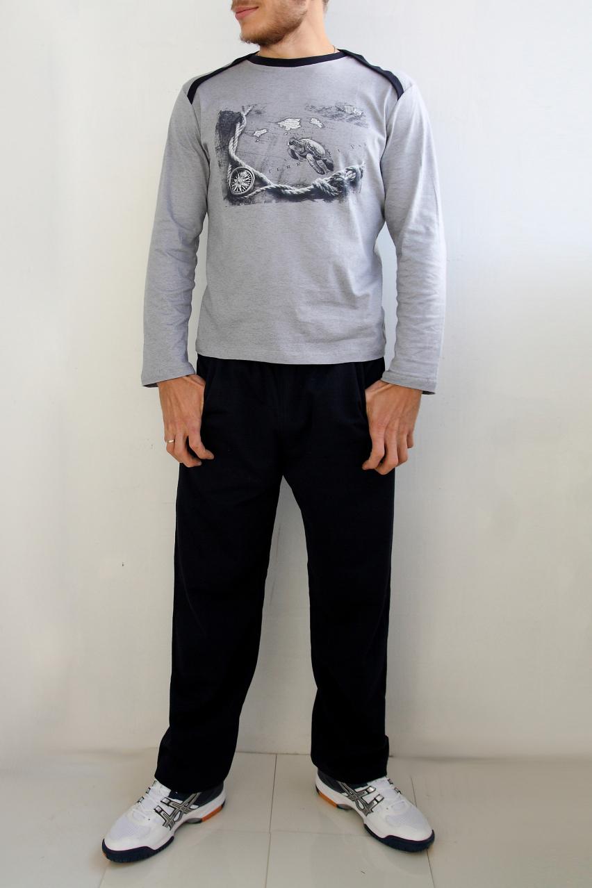 КомплектСпортивная одежда<br>Стильный мужской костюм, состоящий из брюк и футболки с рисунком. Брюки простые, без карманов, пояс на резинке. Футболка с длинным рукавом дополнен спереди оригинальным принтом. Вдоль линии плеча, переходящей на перед изделия, и горловины контрастная планка из ткани в тон брюк.  Цвет: серый и черный.  Ростовка изделия 188 см<br><br>По сезону: Всесезон<br>Размер : 56<br>Материал: Хлопок<br>Количество в наличии: 2